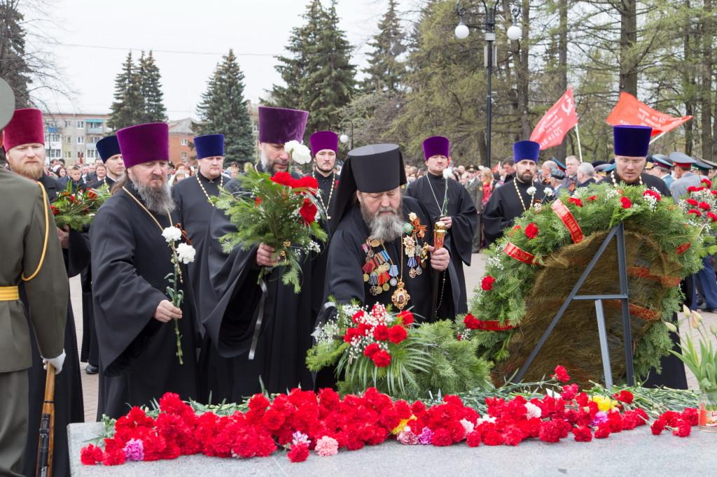В День Победы делегация Ижевской епархии приняла участие в возложении венков к Монументу боевой и трудовой славы