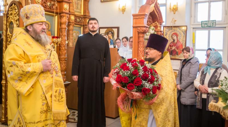 Митрополит Викторин совершил литургию в храме Василия Великого Хохряки