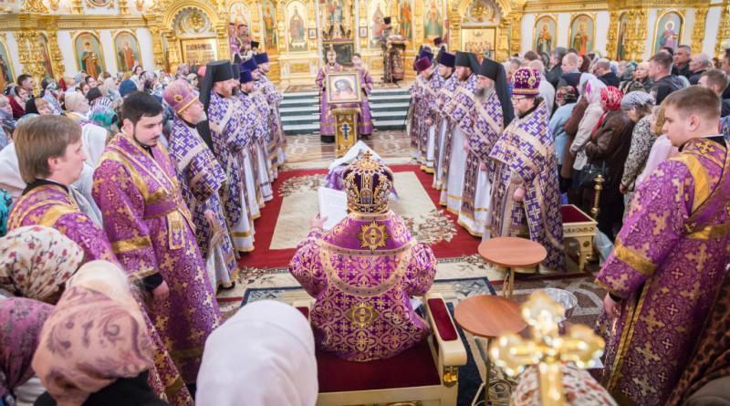 Митрополит Викторин совершил Божественную литургию и чин умовения в Михайловском соборе