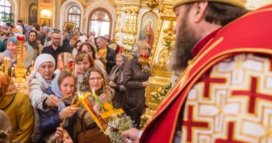 В день праздника Пасхи митрополит Викторин совершил пасхальную вечерню