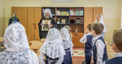 Митрополит Викторин благословил первоклассников