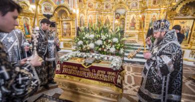 Митрополит Викторин совершил вечерню с выносом Плащаницы Спасителя