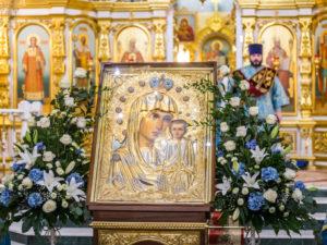 Перед богослужением Похвалы Пресвятой Богородицы митр. Викторин обнесет икону Божией Матери вокруг кафедрального храма