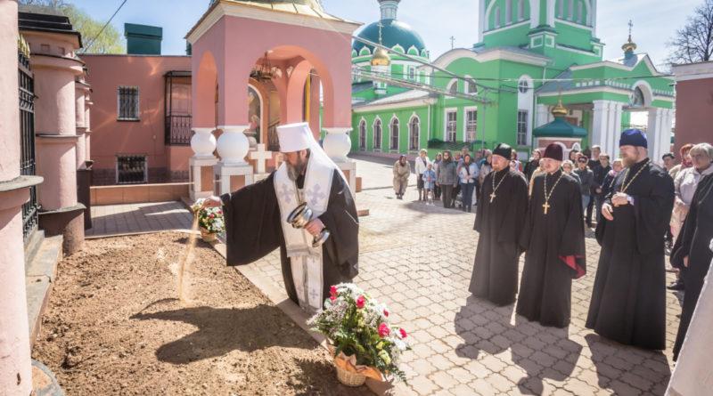 На территории Свято-Троицкого собора перезахоронили останки некогда погребенных на Троицком кладбище