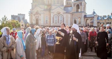 Митрополит Викторин благословил участников Успенского крестного хода