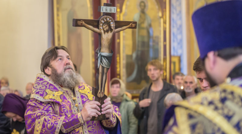 Митрополит Викторин совершил богослужения Крестовоздвижения в Александро-Невском соборе