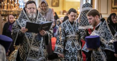 Митрополит Викторин совершил службу Страстям Господним
