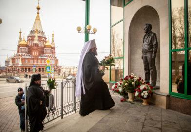 Священнослужители возложили цветы к памятнику М.Т. Калашникову