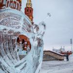 Площадь кафедрального собора украсили ледяные ангелы