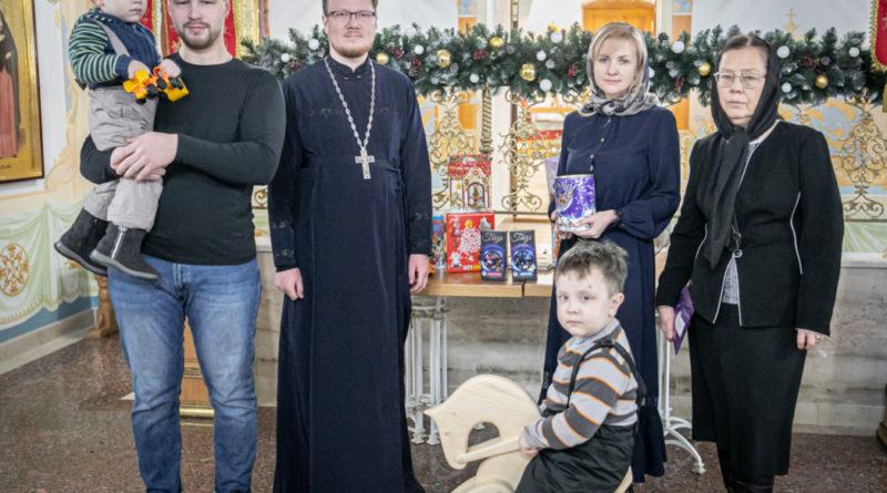 Опекунам детей погибшего в ДТП священника переданы деньги, собранные прихожанами